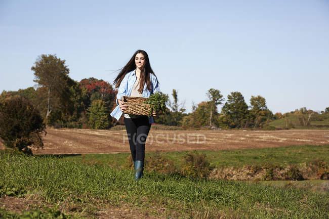 Giovane donna che cammina con il cestino delle piante — Foto stock