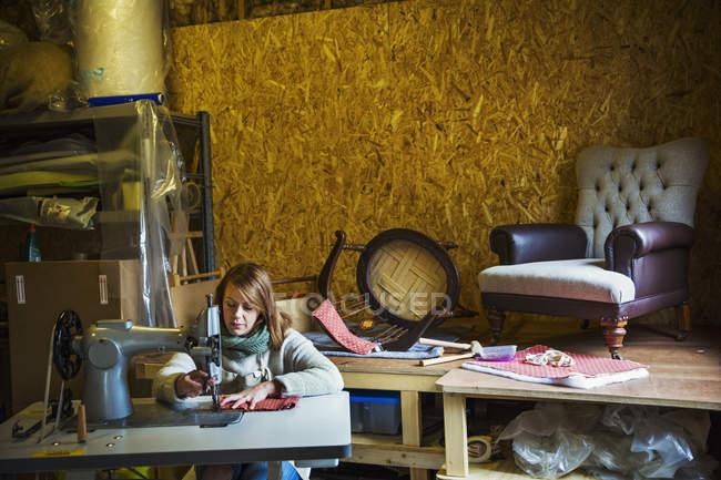 Donna che lavora sulla macchina per cucire — Foto stock