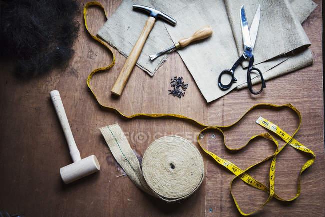 Strumenti di maestri artigiani nel laboratorio di tappezzeria — Foto stock
