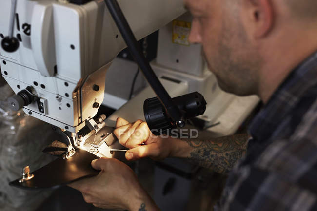 Artesanato na oficina de couro — Fotografia de Stock