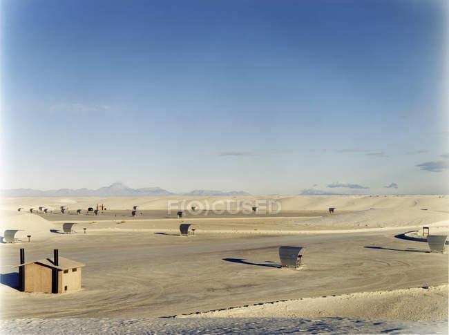 Paesaggio del deserto con piccola cabina — Foto stock