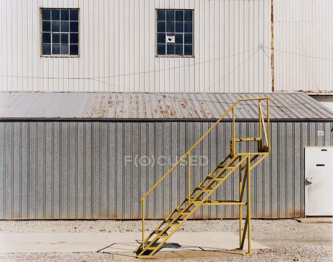 Escalera junto a una unidad industrial - foto de stock