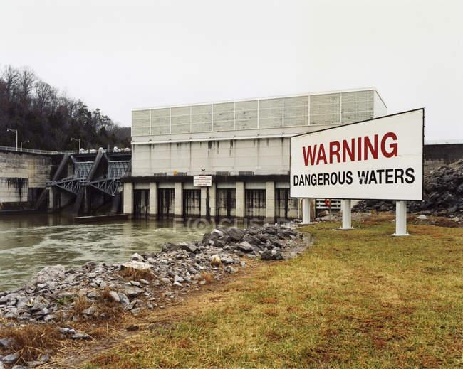 Попереджувальні знаки води каналом — стокове фото