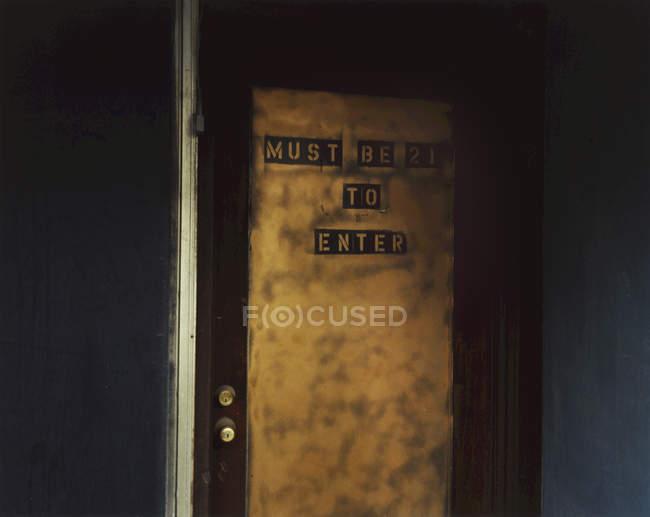 Anforderungsschild an Tür — Stockfoto