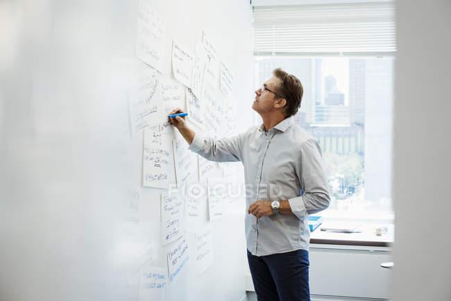 Чоловік, що стоїть в офісі — стокове фото