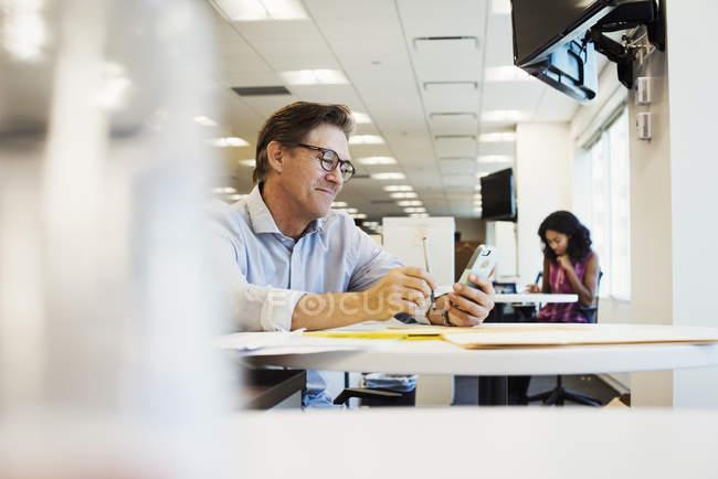Zwei Männer sitzen im Büro und sprechen — Stockfoto