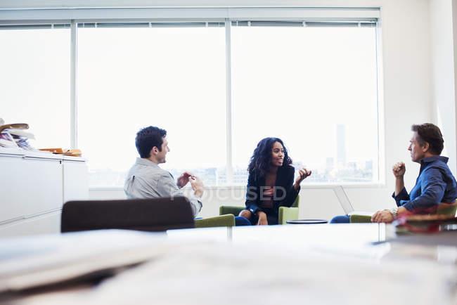 Женщины и мужчины, сидящие в креслах — стоковое фото
