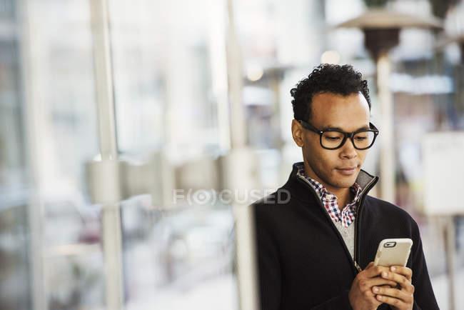 Uomo in possesso di cellulare — Foto stock