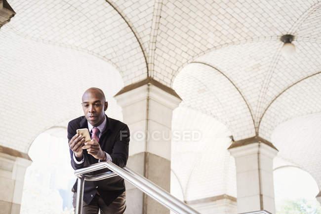 Geschäftsmann und Handy prüfen — Stockfoto