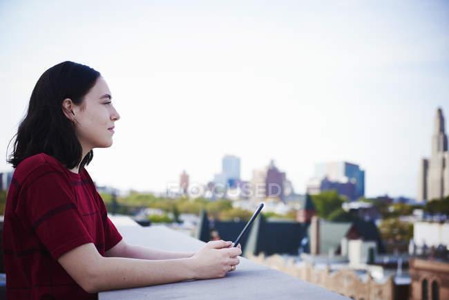 Жінку, що стоїть на даху — Stock Photo