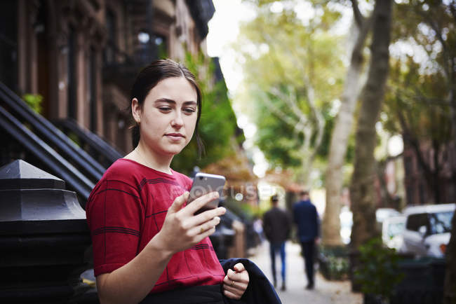 Жінка дивиться на мобільний.. — Stock Photo