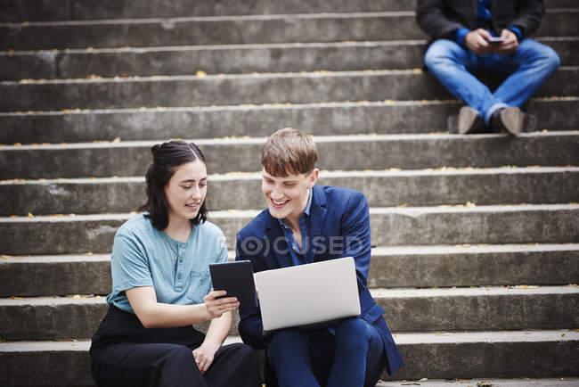 Жінки і молодий чоловік дивиться на ноутбук — Stock Photo