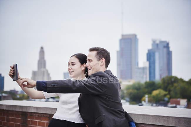 Жінка і чоловік, що стоїть на даху — Stock Photo