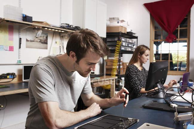 Чоловік і жінка, які працюють у lab технології — стокове фото