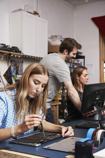 Чоловік і жінка в лабораторія технології — стокове фото