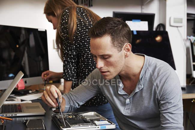 Чоловік і жінка працює на схема — стокове фото