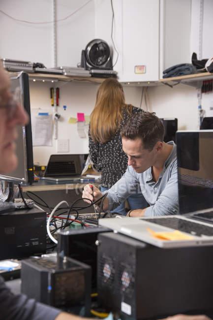 Люди, що працюють у lab технології — стокове фото