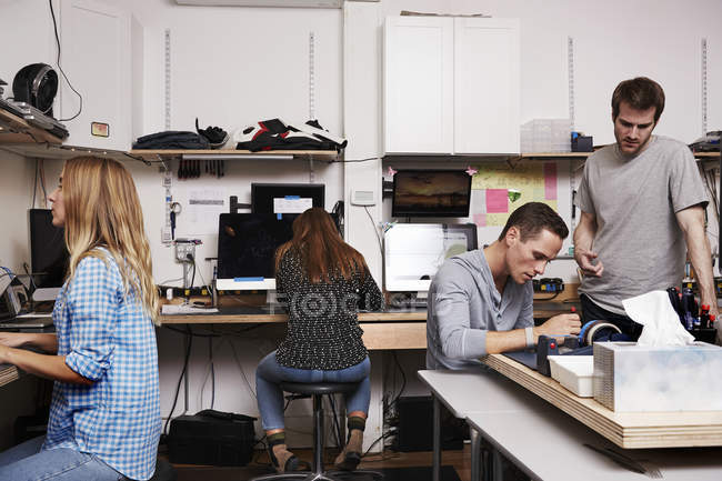 Жінки і чоловіки, які працюють на комп'ютерах — стокове фото
