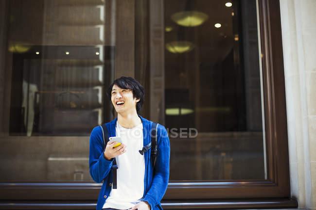 Uomo tramite smartphone — Foto stock