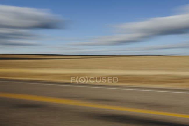 Verschwommene Straße und Himmel — Stockfoto