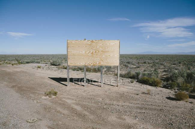 Panneau d'affichage blanc dans le désert — Photo de stock