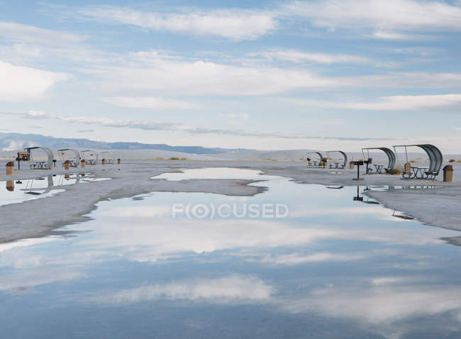 Picnic tables and shelters at White Sands — Stock Photo