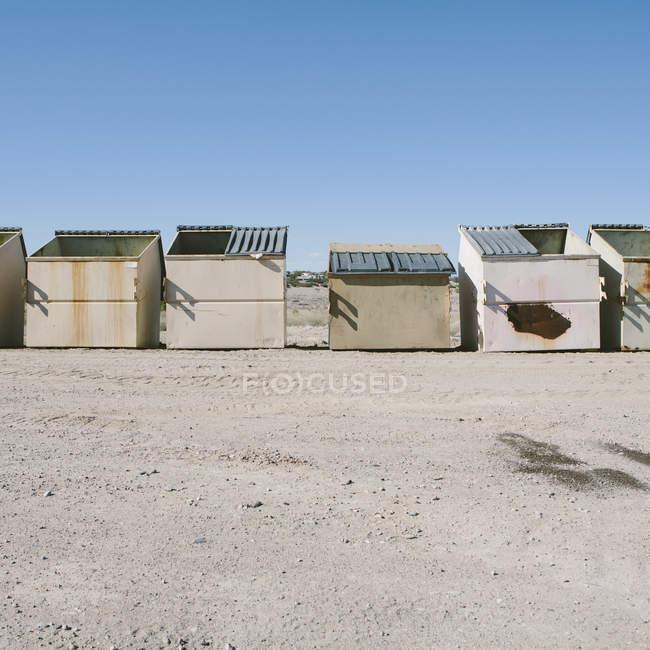Poubelles et conteneurs de recyclage dans le désert — Photo de stock