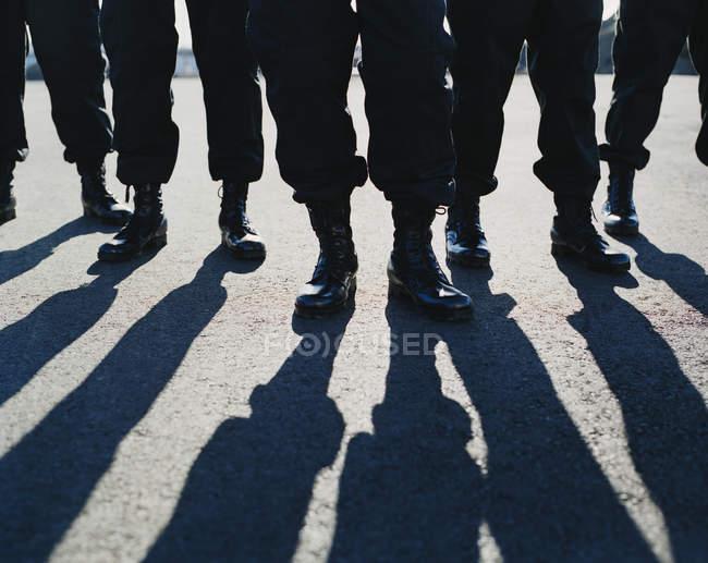 Люди, одягнені у військову форму — стокове фото