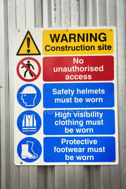 Recinto di ferro ondulato con avvisi di sicurezza — Foto stock