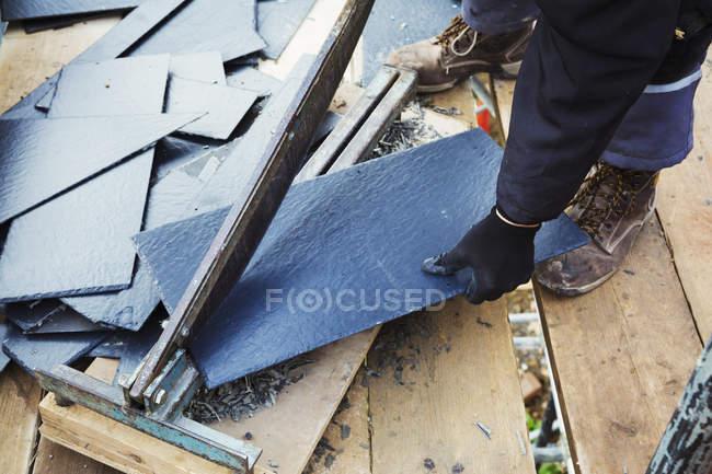 Man cutting tile — Stock Photo