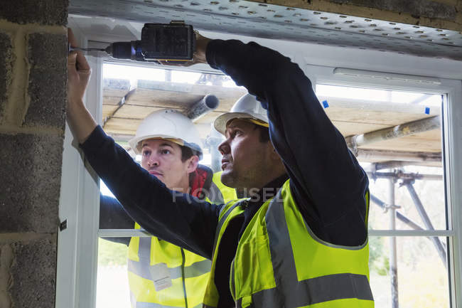 Two workmen on construction site — Stock Photo