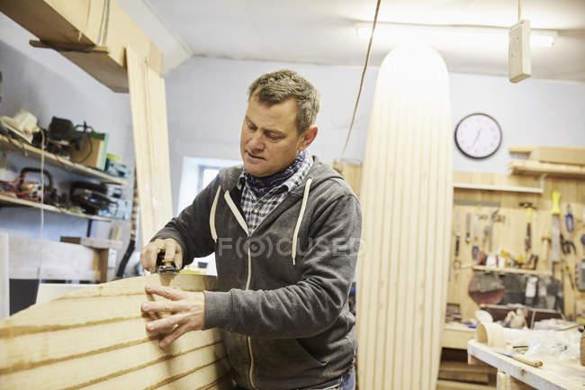 Mann in Surfbrett-Werkstatt — Stockfoto