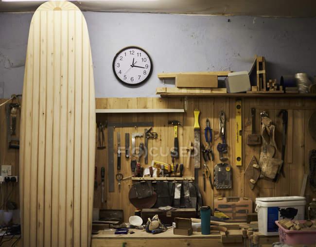Дерев'яні дошки для серфінгу в майстерні. — стокове фото