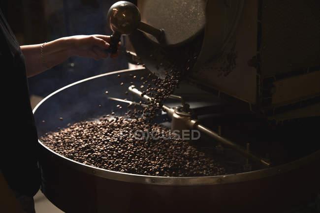 Metalltrommel mit gerösteten Kaffeebohnen — Stockfoto