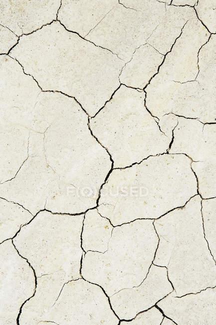 Поверхня тріщинами пересохло грунту — стокове фото