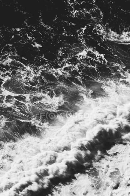 Вид зверху гуркіт хвиль — стокове фото