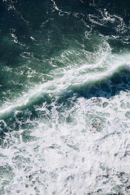 Blick aus der Vogelperspektive auf abstürzende Welle — Stockfoto