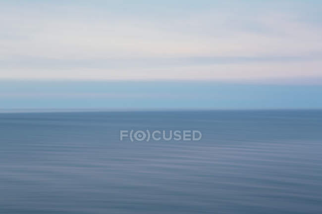 Zeigen Sie an über den Ozean in der Abenddämmerung — Stockfoto