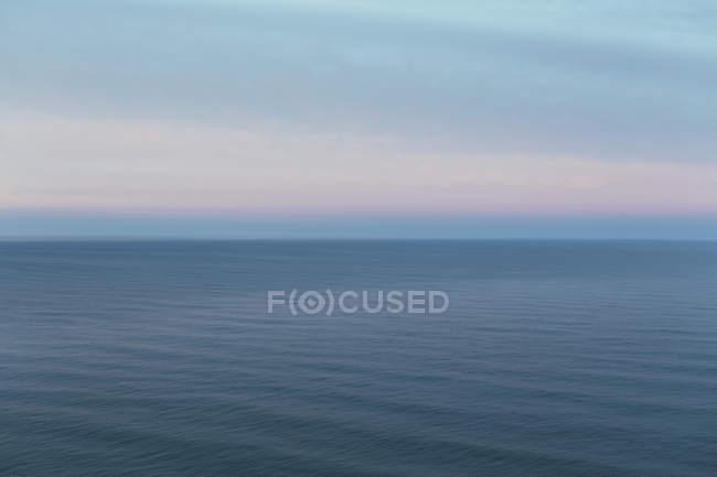 Vista para fora sobre o oceano ao entardecer — Fotografia de Stock