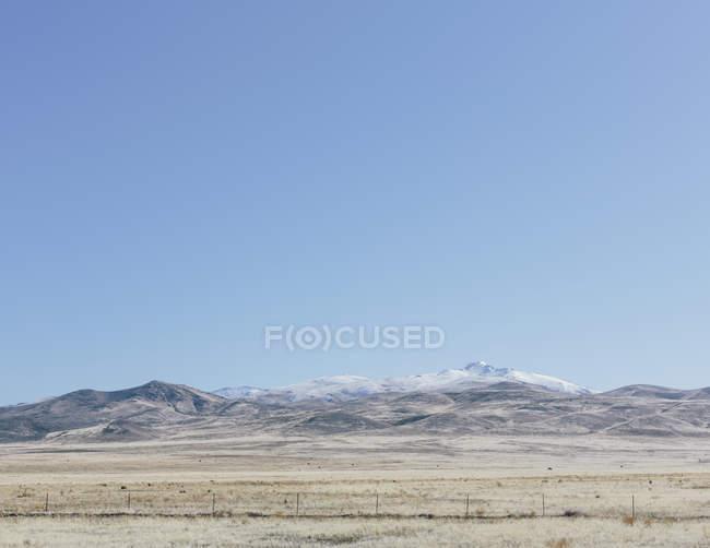 Montanhas cobertas de neve e terras agrícolas — Fotografia de Stock