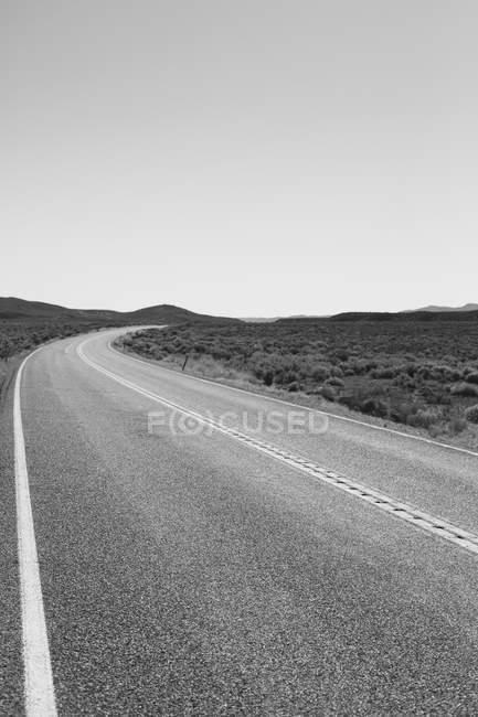 Route rurale serpentant autour — Photo de stock