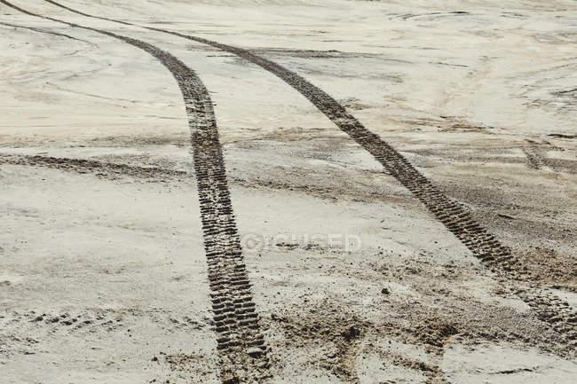 Marcas de pneu na superfície do deserto — Fotografia de Stock