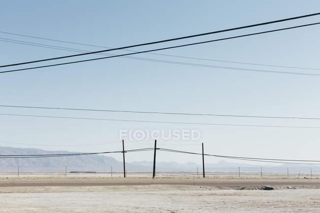 Telefonmasten und Stromleitungen — Stockfoto   #142439407