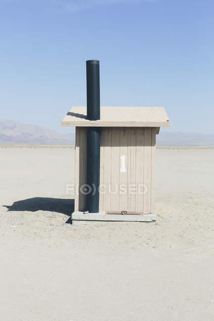 Salle de toilettes dans l'espace ouvert au paysage désertique — Photo de stock