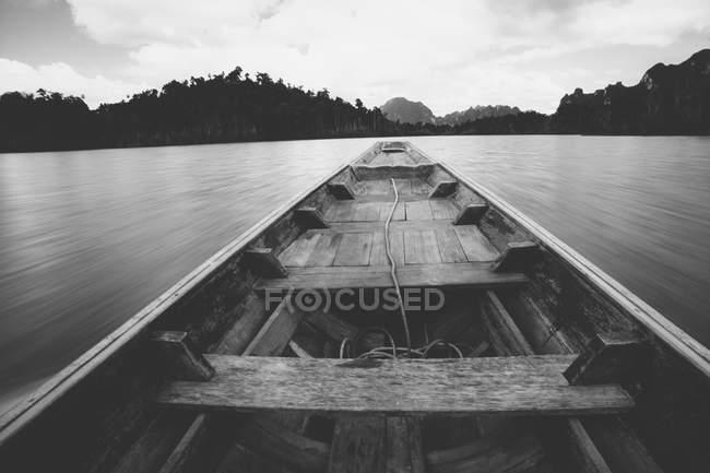 Вузький longtail човен — стокове фото