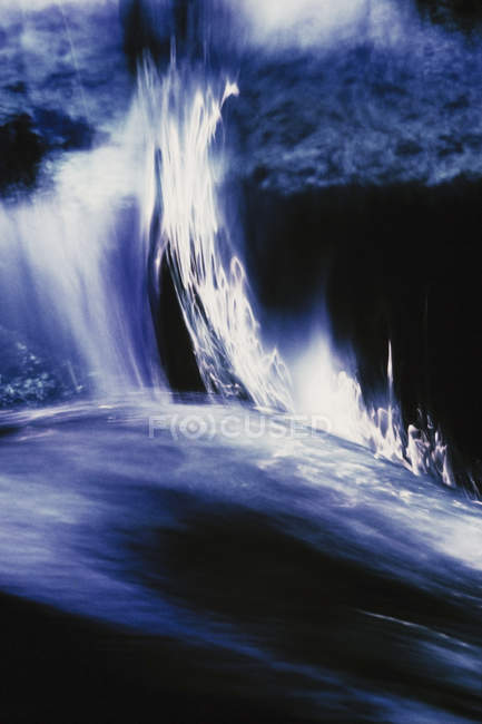 Cascata e riflessi nel fiume — Foto stock