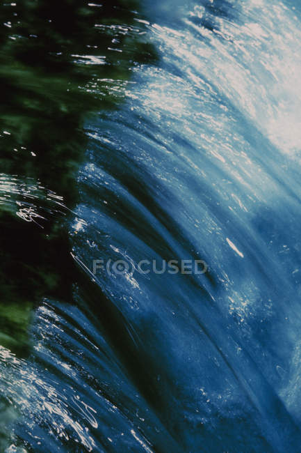 Водоспад і роздуми у річці — стокове фото