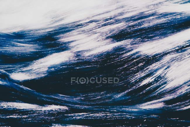 Cascada y reflejos en el río - foto de stock