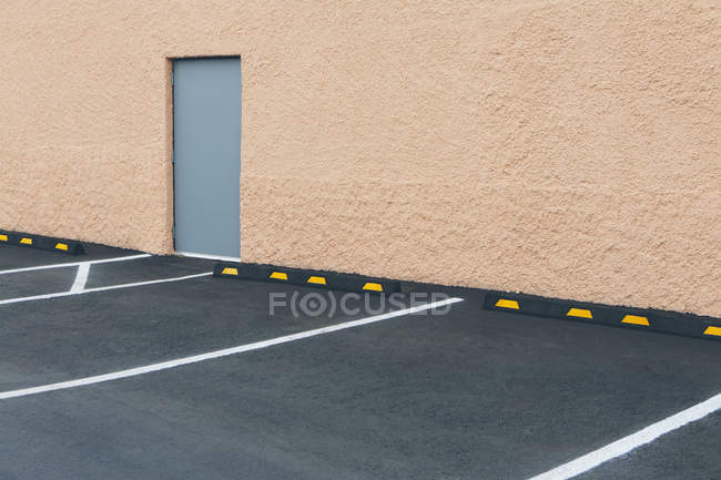 Car parking outside building — Stock Photo