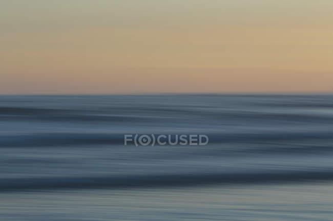 Пляж над океаном на заході сонця — стокове фото